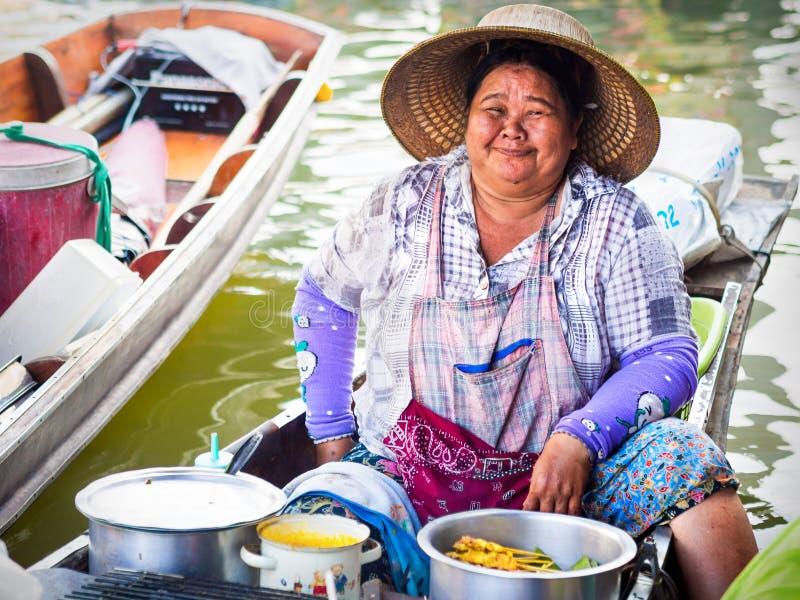 Thailändischer Lebensmittel-Verkäufer an sich hin- und herbewegendem Markt Amphawa in Bangkok, Thailand stockfoto
