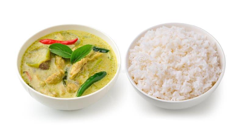 Thailändischer Lebensmittelhühnergrüncurry in der weißen Schüssel und im Reis lizenzfreie stockfotografie