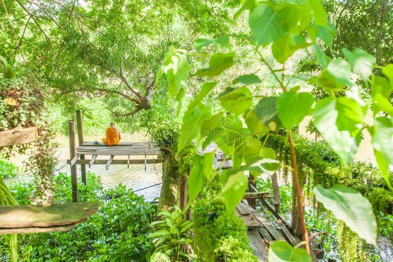 Thailändischer Mönch, der Singenbuch für Buddha, der Buh singt und liest lizenzfreie stockfotografie