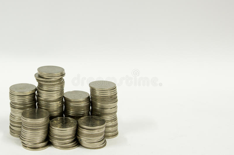 Thailändischer Münzenturm auf Weißrückseitenboden stockfotos