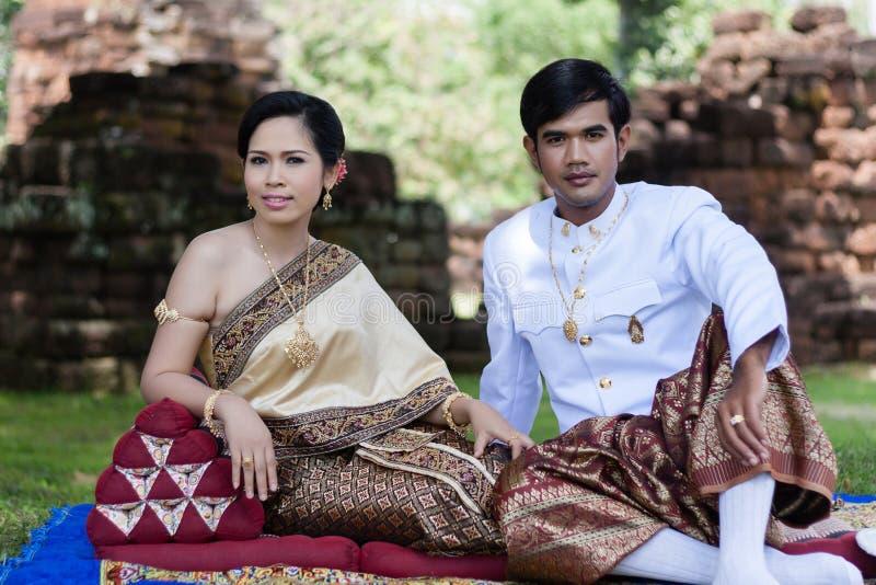 Thailändischer Mann und Frau im Seidenkleid lizenzfreies stockfoto