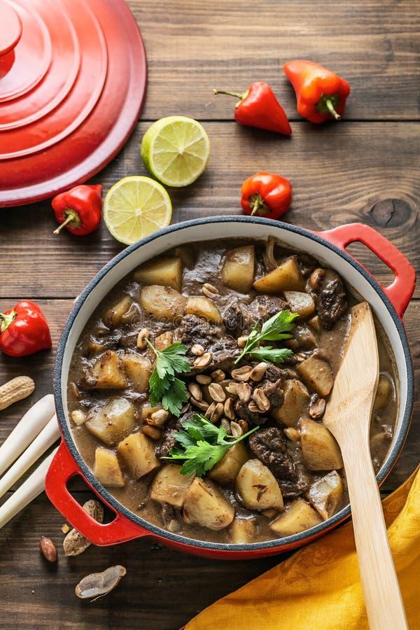 Thailändischer massaman Curry mit Rindfleisch und Kartoffel, Draufsichtkopienraum stockbild