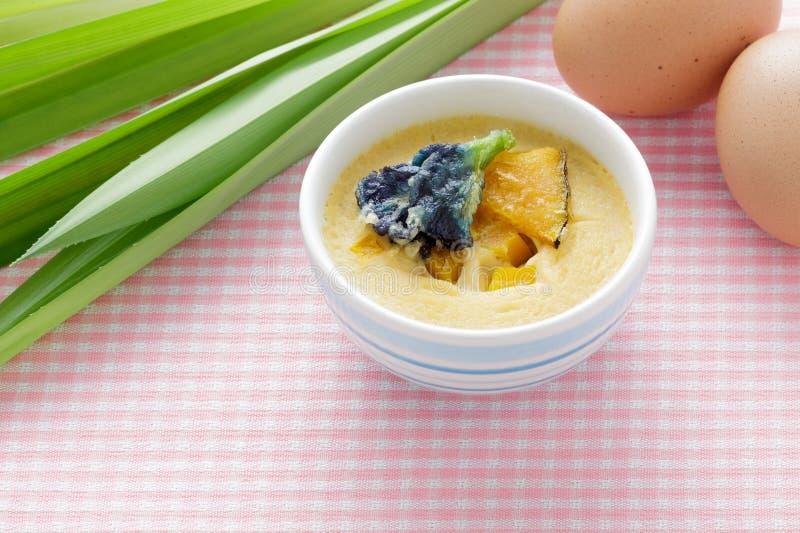 Thailändischer Nachtisch, gedämpfter Vanillepudding in der blauen Schüssel mit Bestandteil stockbilder