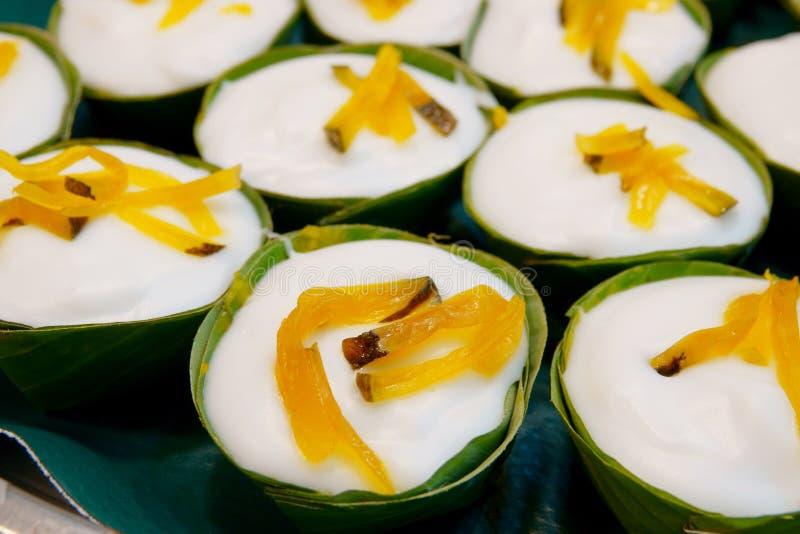 Thailändischer Nachtisch, Tako, traditioneller thailändischer Pudding mit Kokosnuss-Belag stockfotografie