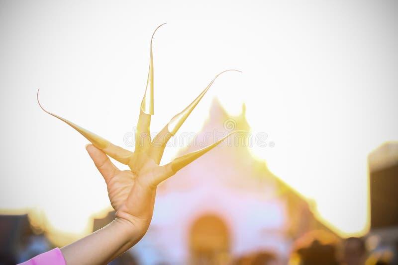Thailändischer Nageltanz an chiangmai Provinz Thailändische Kultur, die im Feiertag zeigt Thailand-Kultur durch die tanzenden Fra stockbild