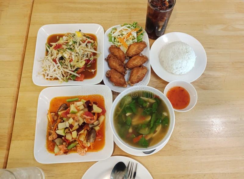 Thailändischer Nahrungsmittelsatz in einem Restaurant stockfotografie