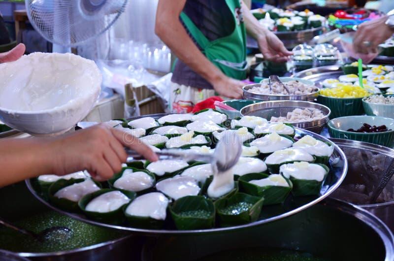 Thailändischer süßer Geschmack: Tako (thailändischer Pudding mit Kokosnussbelag) lizenzfreie stockbilder