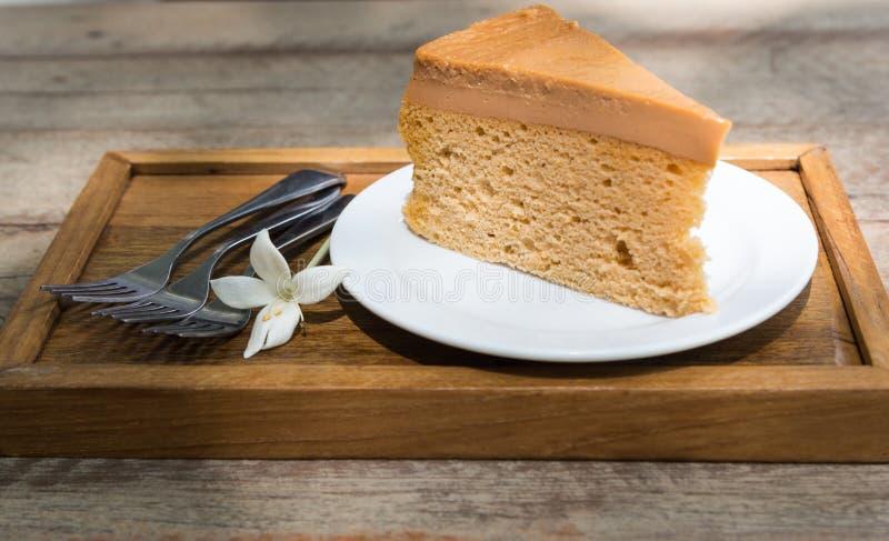 Thailändischer Teekuchen und Gabel drei auf hölzerner Platte lizenzfreie stockfotos
