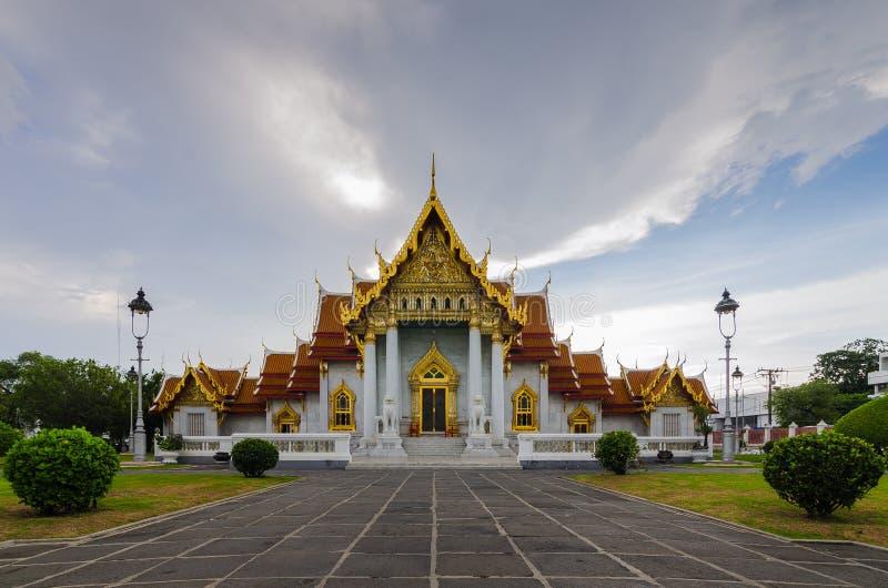 Thailändischer Tempel bei Sonnenuntergang Wat Benchamabophit lizenzfreies stockbild