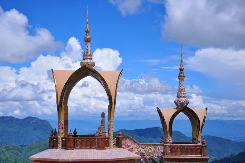 Thailändischer Tempel mit natürlichem lizenzfreies stockfoto