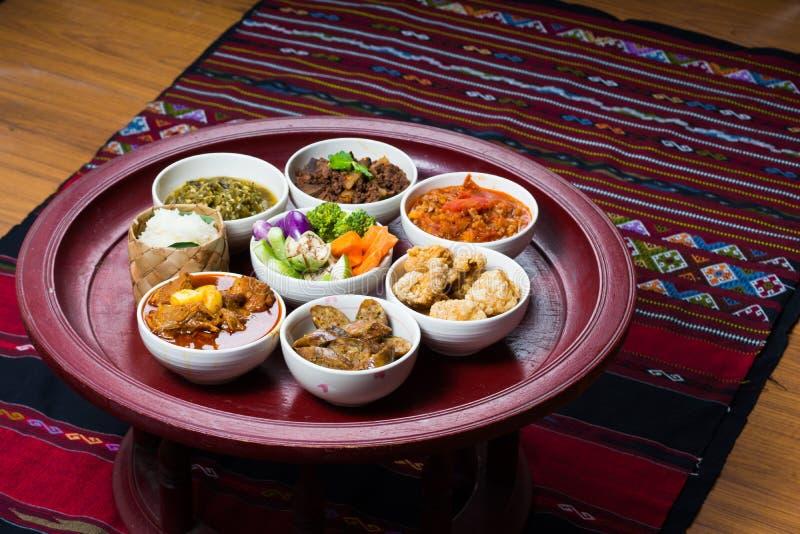 Thailändischer traditioneller Lebensmittelabendessensatz nannte ` Kantoke-Abendessen ` stockfotos