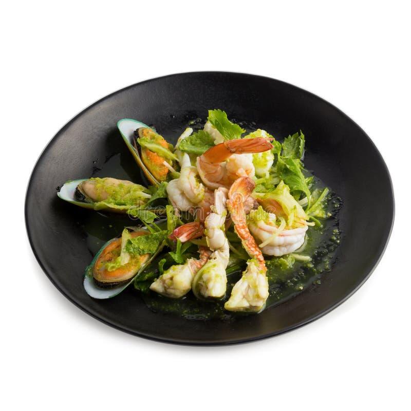 Thailändischer würziger Meeresfrüchtesalat mit Garnele, Neuseeland-Miesmuschelisolat stockbild