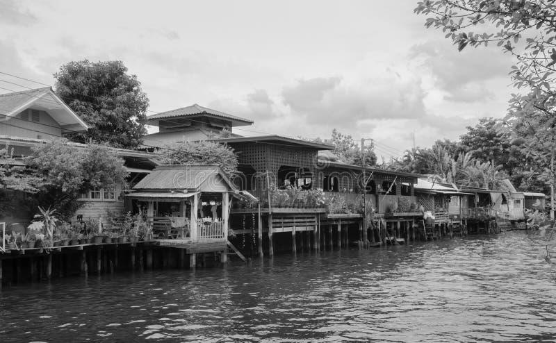 Thailändisches Boot des langen Schwanzes mit Girlanden in Banhkok-Kanal Klong, famo stockbild
