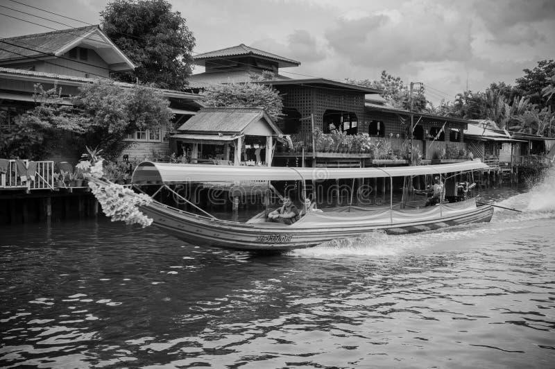 Thailändisches Boot des langen Schwanzes mit Girlanden in Banhkok-Kanal Klong, famo lizenzfreie stockbilder