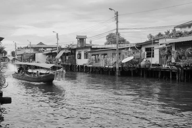 Thailändisches Boot des langen Schwanzes mit Girlanden in Banhkok-Kanal Klong, famo lizenzfreie stockfotografie
