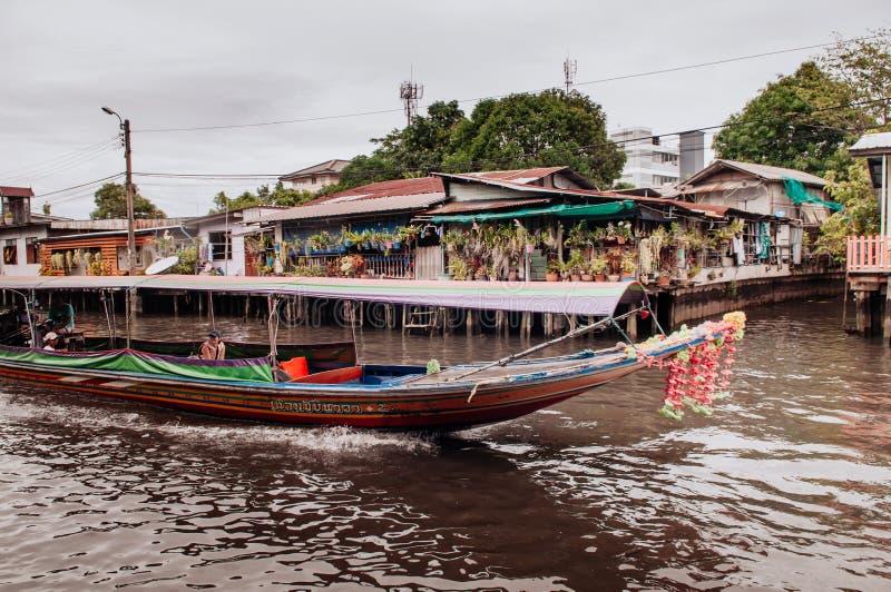 Thailändisches Boot des langen Schwanzes mit Girlanden in Banhkok-Kanal Klong, famo stockfotografie