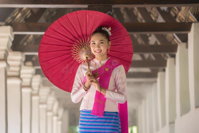 Thailändisches Frauenkostüm stockbild