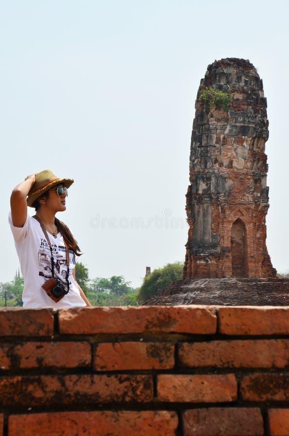 Thailändisches Frauenphotographieporträt an den Ruinen lizenzfreies stockbild