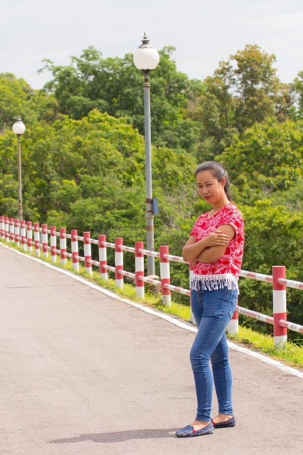 thailändisches Frauenporträt auf Straße stockfotografie