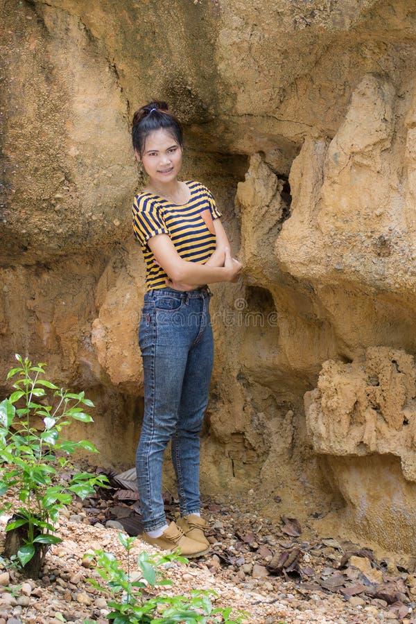 Thailändisches Frauenporträt, das nahe Klippe steht stockfotografie