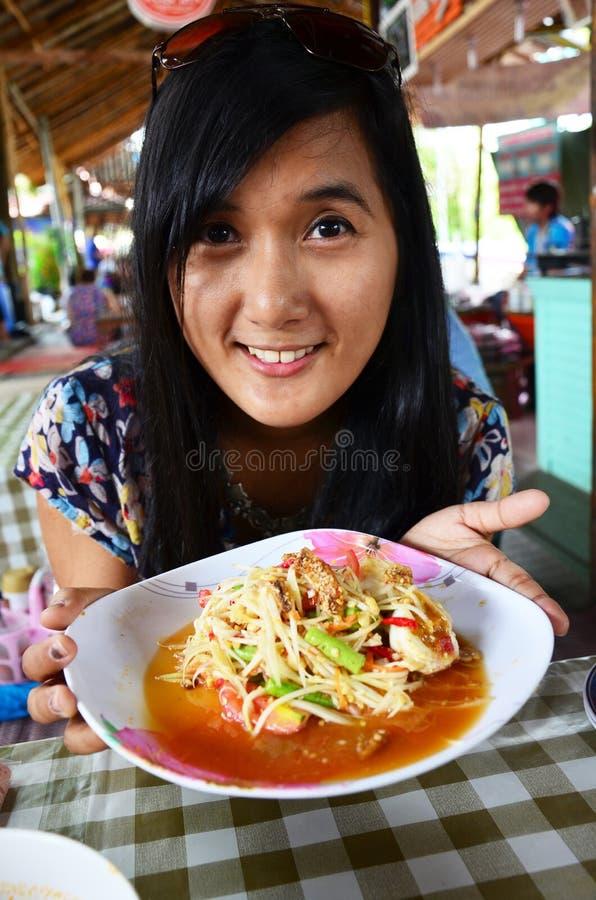 Thailändisches Frauenporträt mit grünem Papaya Salat oder somtum lizenzfreies stockfoto