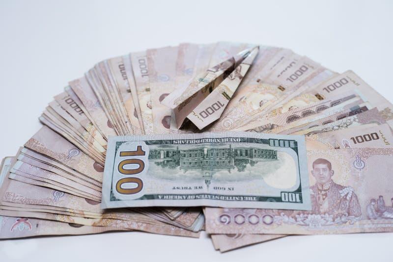 Thailändisches Geld 1000 Baht und 100 Dollar, thailändischer Banknotenhintergrund, nahe bei der Fläche stockfoto