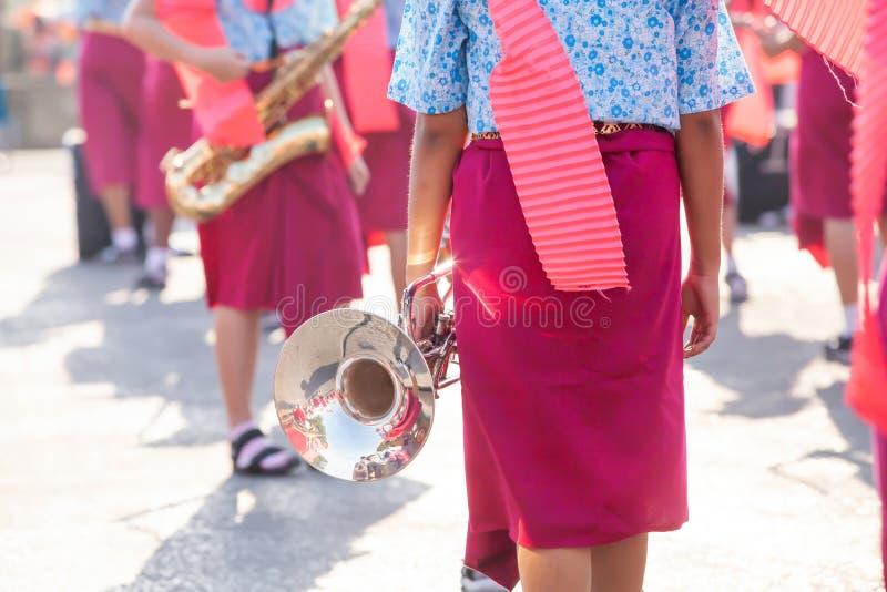 Thailändisches High School Band, das für Festival des marschierenden das thailändische neuen Jahres sich vorbereitet stockfoto