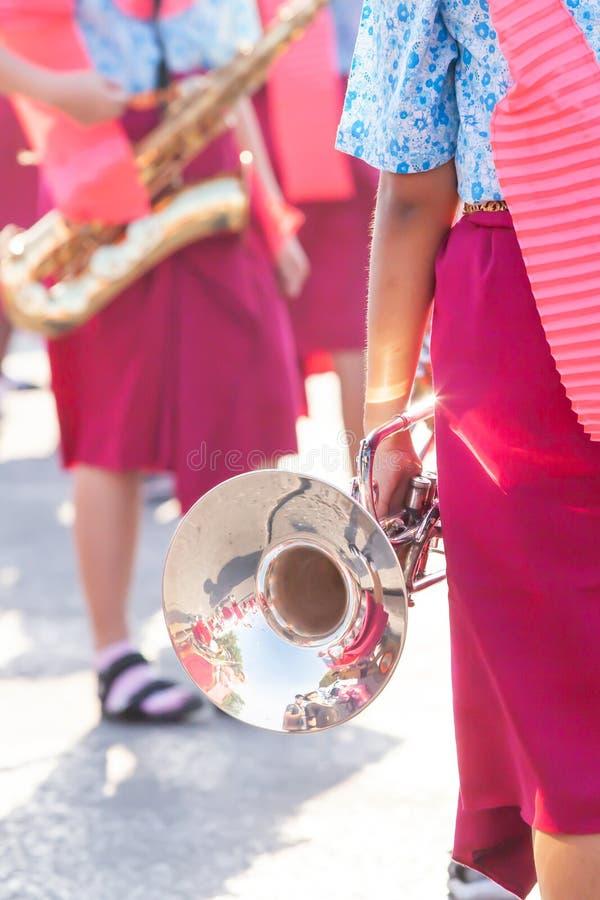 Thailändisches High School Band, das für Festival des marschierenden das thailändische neuen Jahres sich vorbereitet lizenzfreies stockfoto