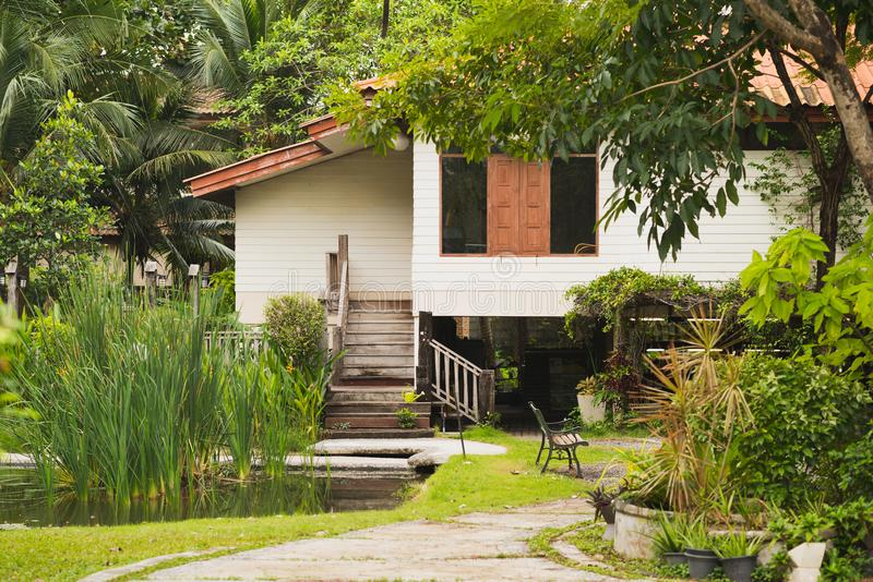 Thailändisches Holzhaus im Garten stockbilder