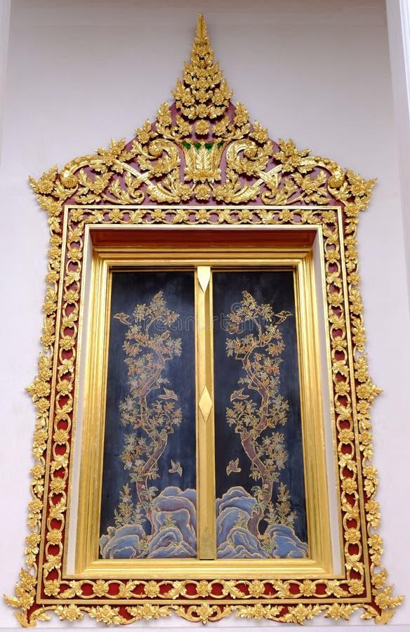 Thailändisches königliches Schongebietfenster von Wat Chaloem Phra Kiat Worawihan stockfotos