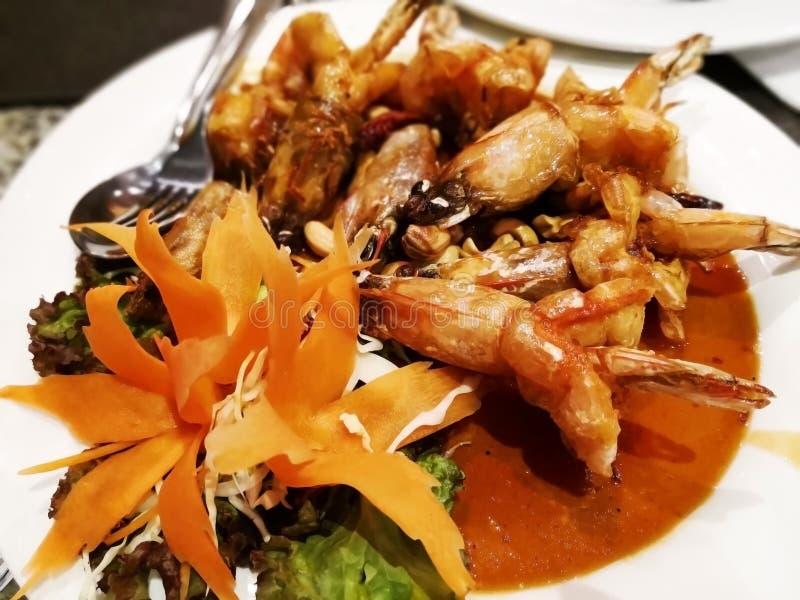 Thailändisches Küchekonzept Die geschnitzten Blumen werden auf einem Whit verziert lizenzfreie stockfotos