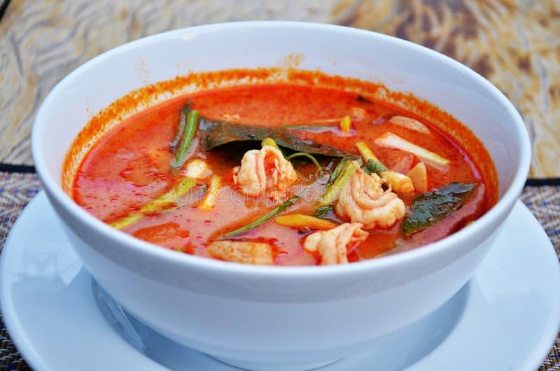 Thailändisches Küchename Tom-yum goong ist Garnelen- und Zitronengrassuppe mit Pilzen lizenzfreies stockbild