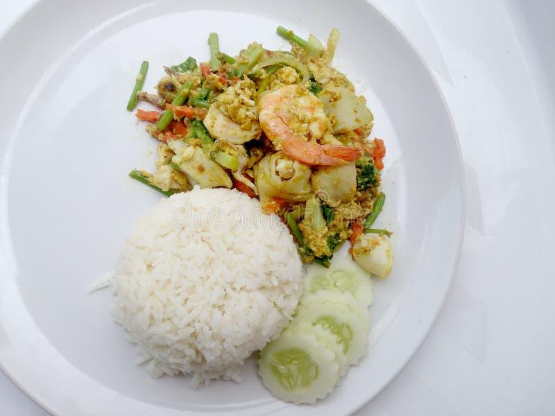 Thailändisches Krabben-Curry-Rezept - die abgefeuerte Currygarnele und der Kalmar, Mischungsmeeresfrüchte mit Mischungsgemüse Pha stockbild