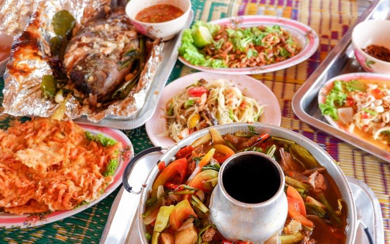 Thailändisches Lebensmittel des heißen und sauren Suppe Papaya-Salats der gegrillten Fische stockfotografie