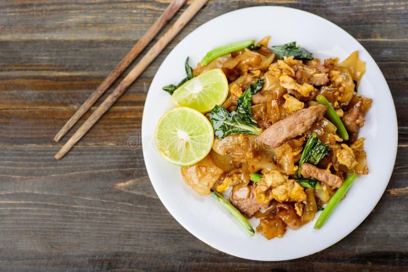 Thailändisches Lebensmittel, Nudel des gebratenen Reises des Aufruhrs in der Sojasoße stockbild