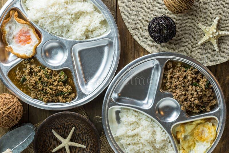 Thailändisches Lebensmittel, thailändisches würziges Rezept des gebratenen Reises des Lebensmittelbasilikumschweinefleisch stockfotografie