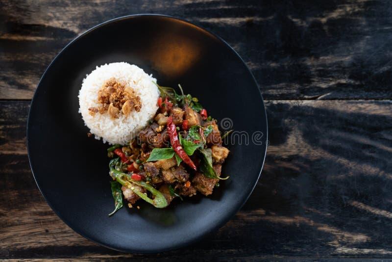 Thailändisches Lebensmittel, thailändisches würziges Rezept Krapao des gebratenen Reises des Lebensmittelbasilikumschweinefleisch lizenzfreie stockfotografie