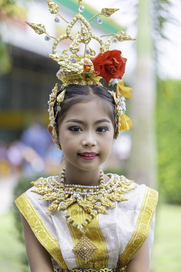 Thailändisches Mädchen kleidete in khon Kleid an lizenzfreies stockfoto