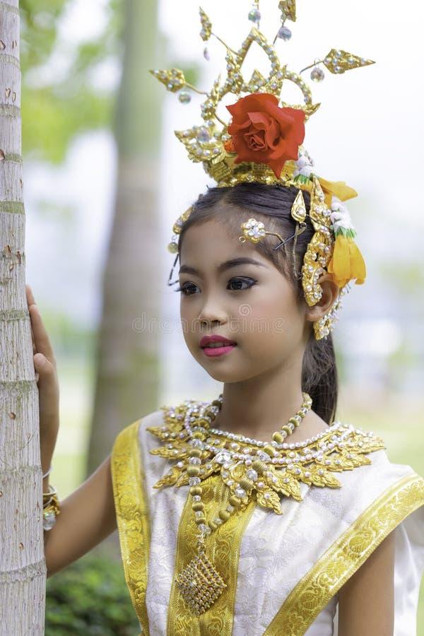 Thailändisches Mädchen kleidete in khon Kleid an lizenzfreie stockbilder