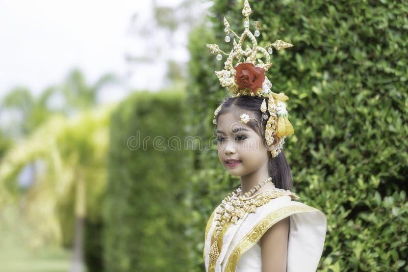 Thailändisches Mädchen kleidete in khon Kleid an lizenzfreies stockbild