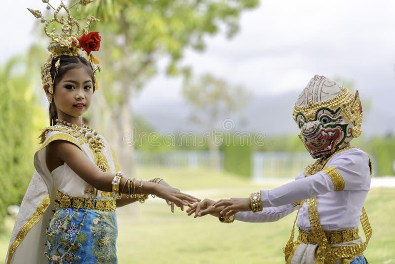 Thailändisches Mädchen kleidete in khon Kleid an stockfotos