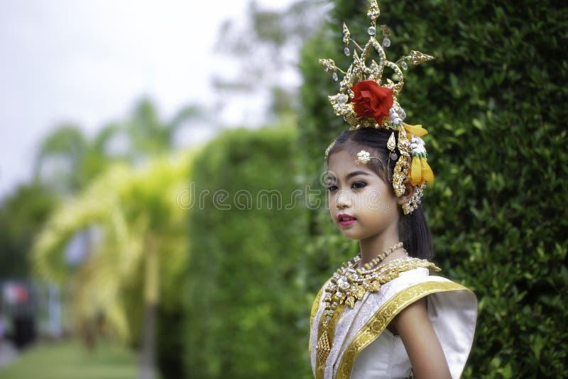 Thailändisches Mädchen kleidete in khon Kleid an stockbild
