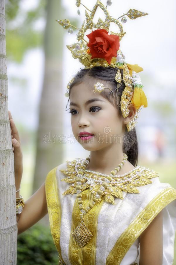 Thailändisches Mädchen kleidete in khon Kleid an stockfotografie