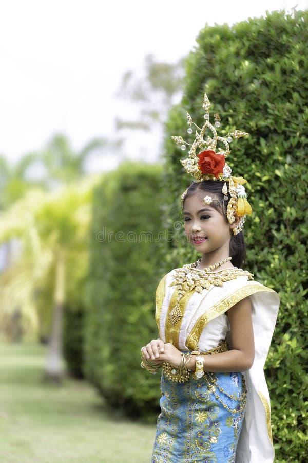 Thailändisches Mädchen kleidete in khon Kleid an lizenzfreie stockfotografie