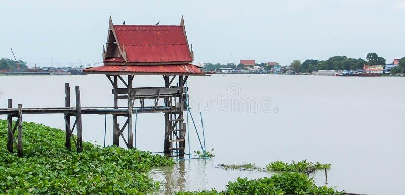 Thailändisches sala für die Aufwartung des allgemeinen Bootes im Fluss lizenzfreie stockfotografie