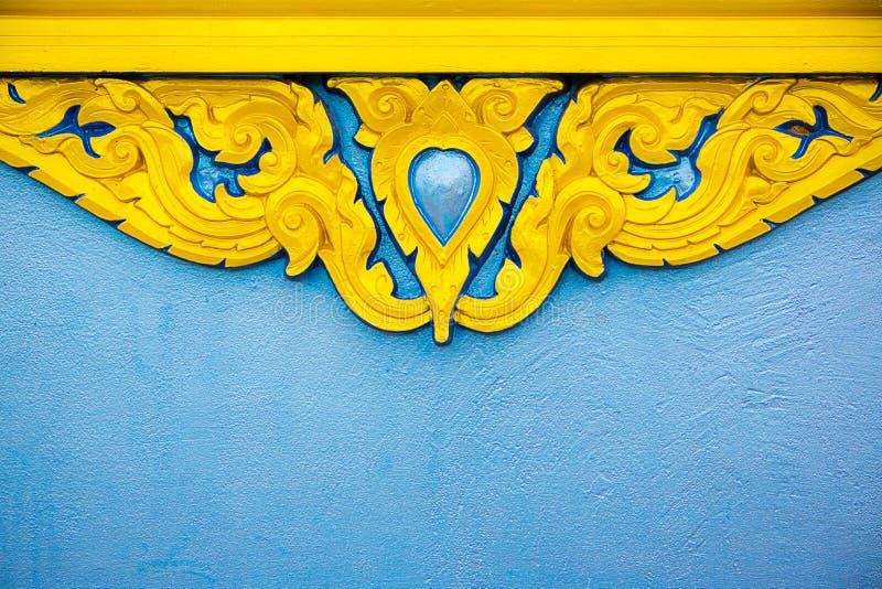 thailändisches Stuckmuster, gemalte Goldfarbe thailändische Art der Statue für Fenster oder Türrahmen Bild für Hintergrund, lizenzfreies stockfoto