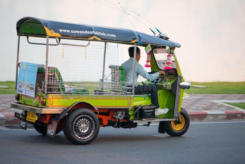 Thailändisches Taxi oder Tuk-Tuk auf Straße in Bangkok, Thailand stockbilder