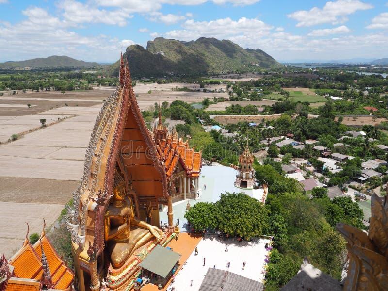 Thailändisches Tempel Wat-thum sua in Kanjanaburi stockbild