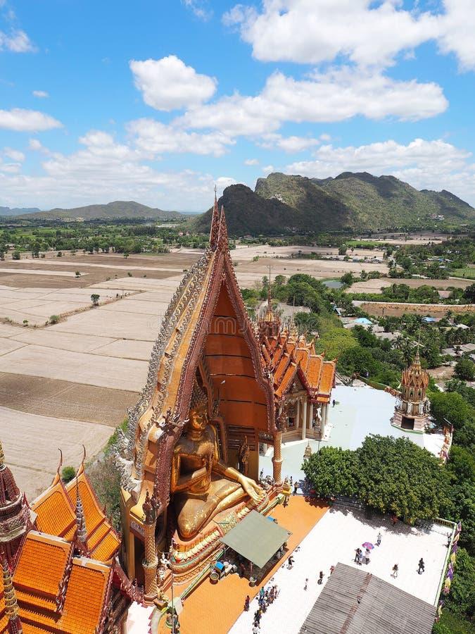 Thailändisches Tempel Wat-thum sua in Kanjanaburi lizenzfreies stockbild
