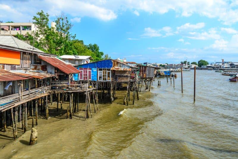 Thailändisches traditionelles Haus, vilage Flussufer in Bangkok Thailand stockfotos